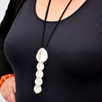 Halsband med silverfärgat hänge