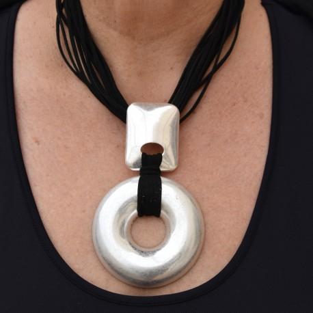 Halsband med runt hänge