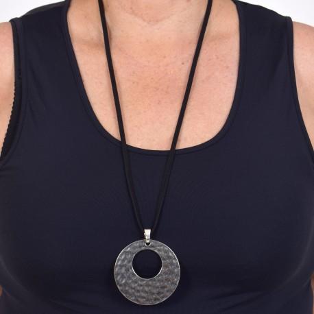 Långt halsband med runt hänge