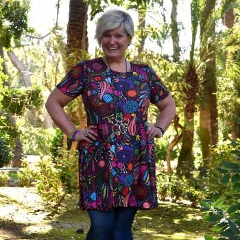 Värikäs, kukkakuviollinen mekko BEATA