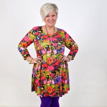 Kuviollinen mekko lämpimissä sävyissä, BEATA