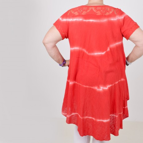 Batiikkivärjätty mekko pitsillä