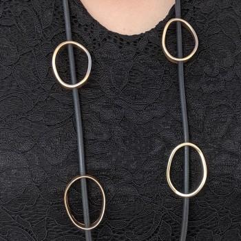 Halsband med gummiband och guldfärgare ringar