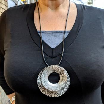 Kaulakoru pyöreällä hopeanvärisellä riipuksella